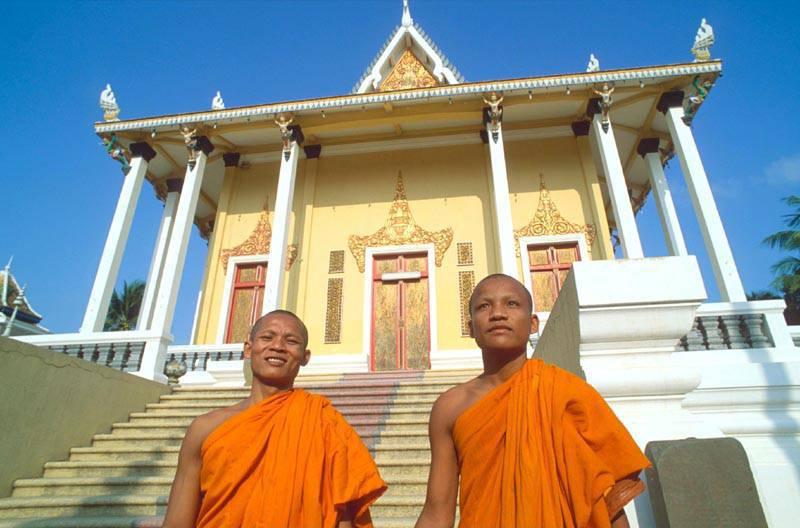 MONACI BUDDISTI DAVANTI AL TEMPIO DI PHOM PENH, CAMBOGIA