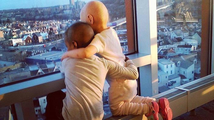 Due bimbe si abbracciano di fronte alla morte, ecco cosa è successo – FOTO