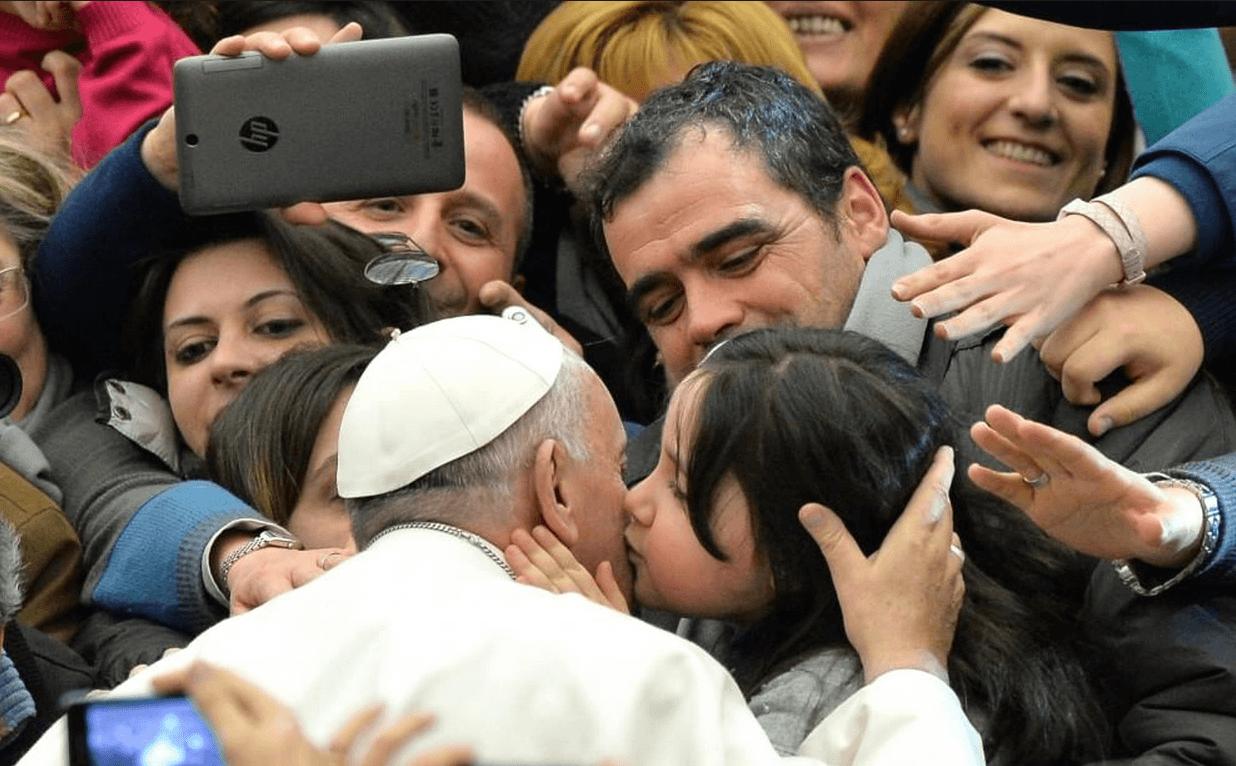 """Papa Francesco: non affidiamo i nostri figli agli """"esperti"""""""