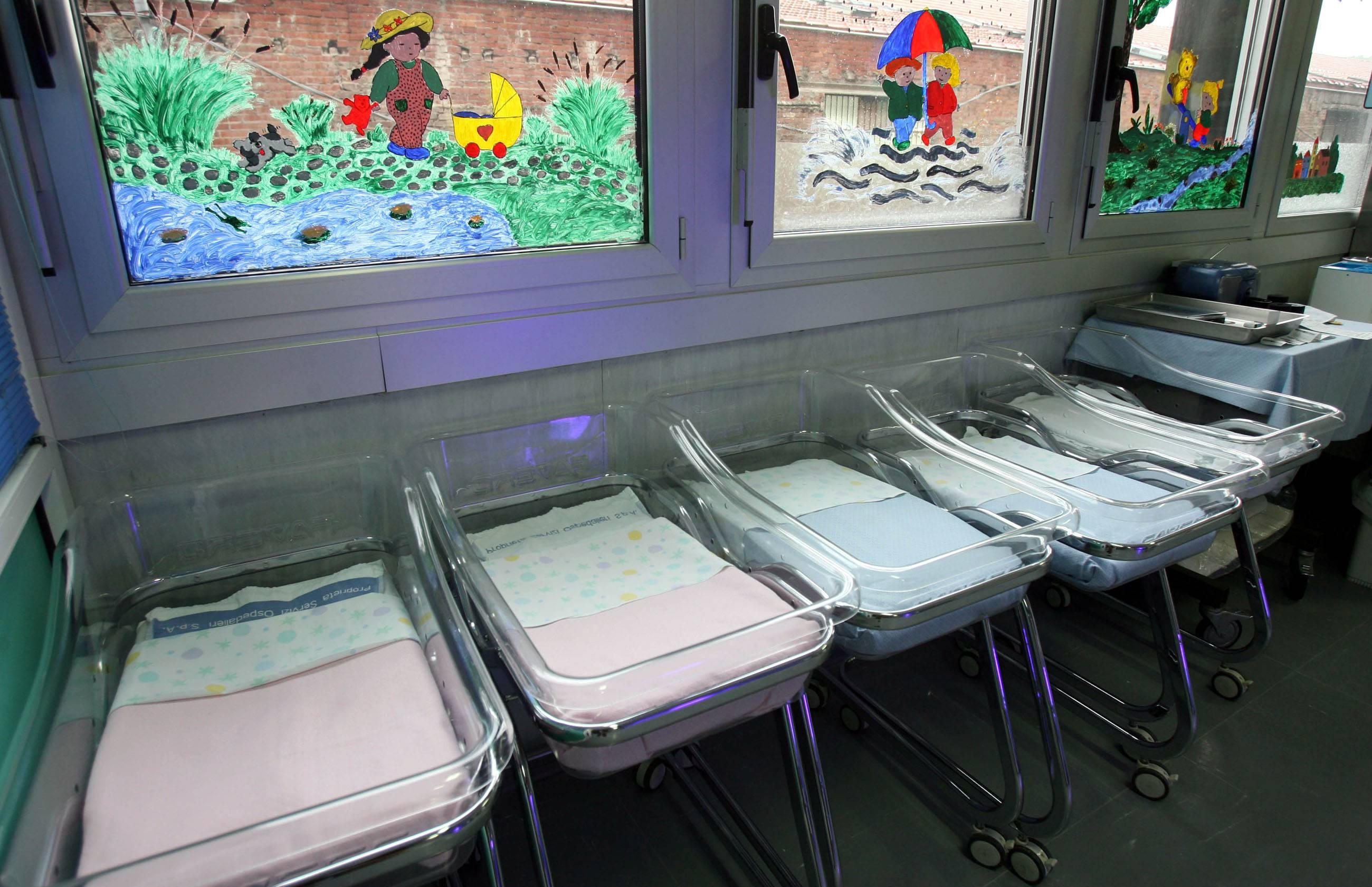 internet - culle vuote - Una foto d'archivio delle culle vuote in un reparto di ostetricia. Un reparto di ostetricia che viene chiuso dai Nas nel 2009 ed un'ambulanza che non c'e': sono le premesse da cui origina un nuovo caso di malasanità in Calabria con la morte di una neonata nell'ospedale di Rossano. ANSA/FRANCO SILVI /GID