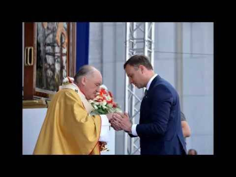 Il Presidente polacco Andrzej Duda raccoglie una particola