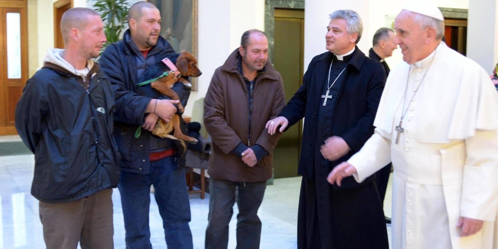 Papa Francesco con i senzatetto  ANSA/ OSSERVATORE ROMANO   +++ HO - NO SALES, EDITORIAL USE ONLY +++