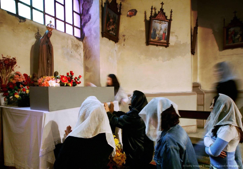 In Chiesa: Le donne devono portare il velo sul capo?
