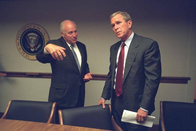 Il presidente George W. Bush e il suo staff, rinchiusi in un bunker della Casa Bianca, durante i primi drammatici momenti dell'attentato alle Torri Gemelle, l'11 settembre 2001. ANSA/ UFFICIO STAMPA CASA BIANCA   +++ NO SALES, EDITORIAL USE ONLY +++