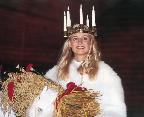 E'tradizione che il 13 dicembre le ragazze sfilino in processione vestite come Santa Lucia, con lunghe tuniche bianche e candele accese fra i capelli. Al termine la Regina della Luce viene incoronata.