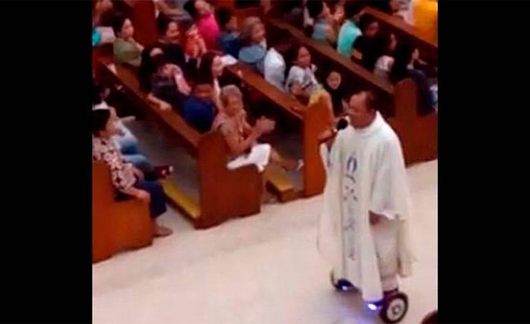 Il Sacerdote in Chiesa su un hoverboard, non c'era mai capitato.Video
