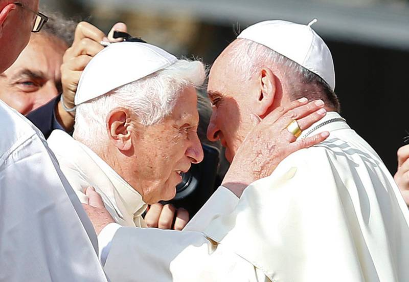 Benedetto-XVI-e-papa-Francesco