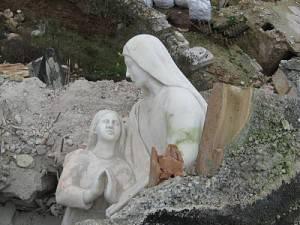 L-Aquila-Tempera-statua-Sant-Anna-integra-sotto-macerie-300x225