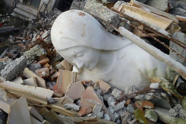 L-Aquila-Tempera-statua-Sant-Anna-integra-sotto-macerie1