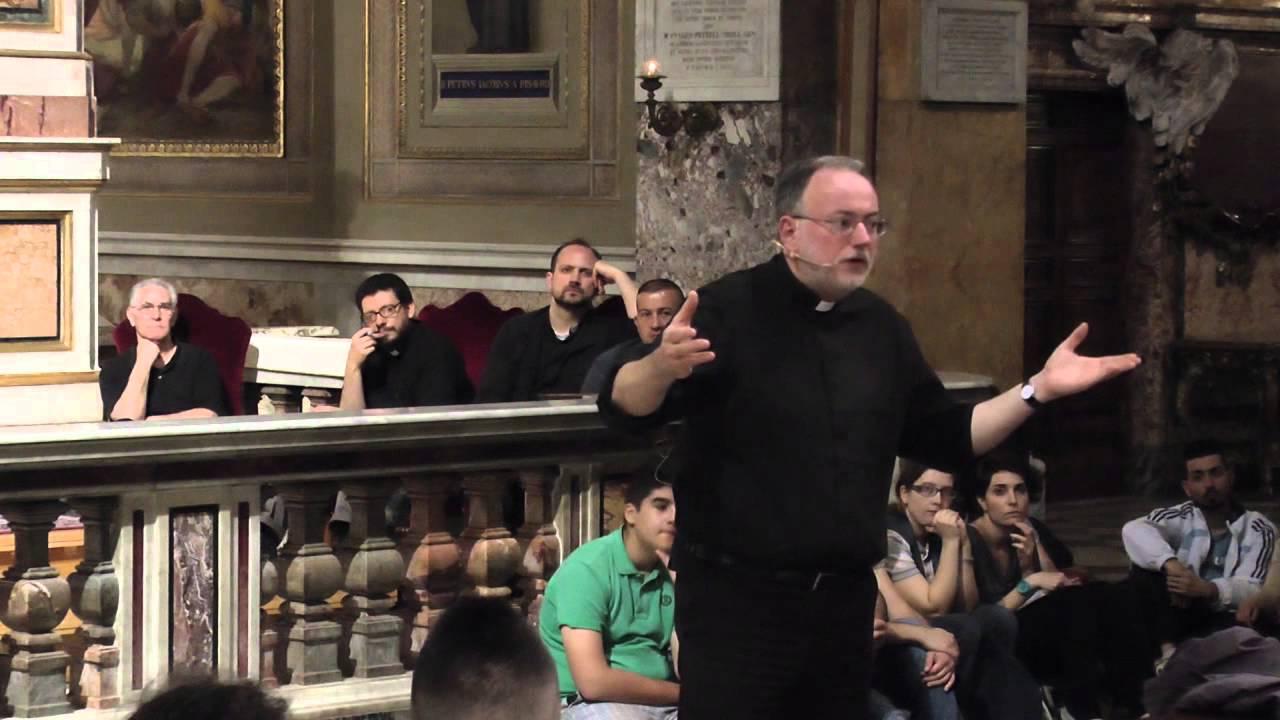 Ecco il Sacerdote che Sta Cambiando i Giovani di Roma con i 10 Comandamenti! VIDEO