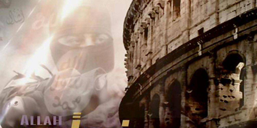"""Il post in cui viene raffigurato un uomo incappucciato che sovrasta il Colosseo con la scritta """"Domani il Corano a Roma come a Parigi"""", dal sito Wikilao, che è in possesso del fotomontaggio, sulla cui provenienza sono in corso accertamenti, 15 gennaio 2015. Secondo Wikilao, le indagini già compiute dall'intelligence hanno stabilito che il messaggio è stato postato su un social network islamista da un supporter dell'Isis. ANSA / WEB"""