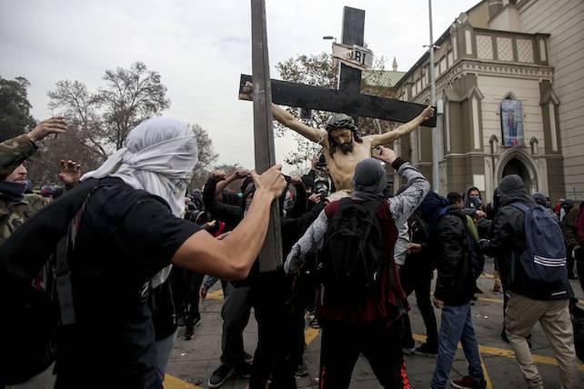 cile-studenti-crocifisso-chiesa-ansa-ap