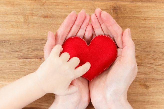 bambina-cuore-mano-mamma