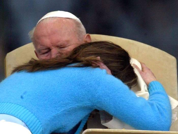 1-aprile-2004-giovanni-paolo-ii-abbracciato-da-una-ragazza-polacca