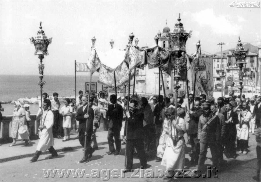 agenzia_bozzo_camogli_foto_antiche_463_processione_corpus_domini_via_garibaldi_1970_foto_ferraris