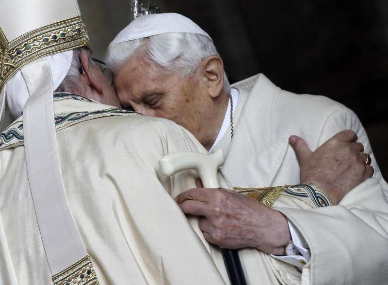 Papa Francesco e Benedetto XVI in contrasto ? Non sia mai