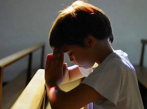 Bambino di 8 Anni si Mette a Pregare per la sua Famiglia davanti al Santissimo Sacramento e succede l'incredibile