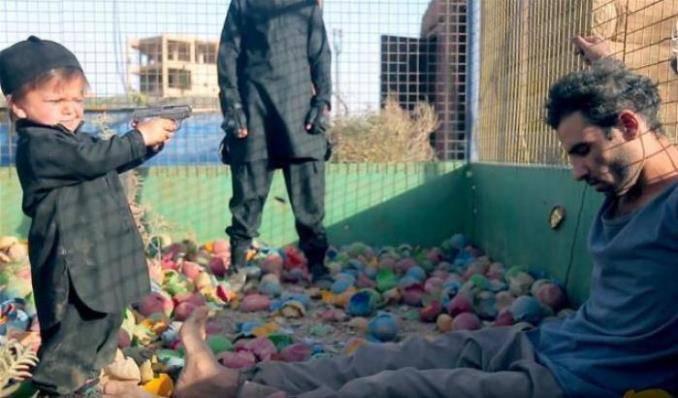 L'Isis spinge bimbo di 4 anni a uccidere un giovane accusato di spionaggio