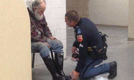 Questo senzatetto non voleva uscire dal negozio, il poliziotto fa un gesto che ha fatto il giro del mondo
