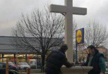 croce davanti alla lidl