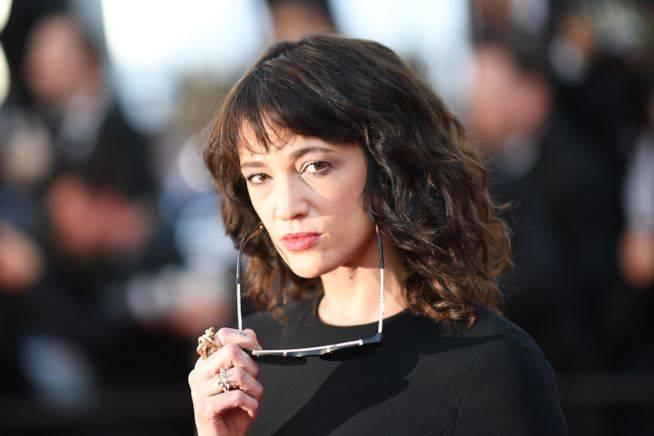 Asia Argento, trasformata in una satanista lesbica