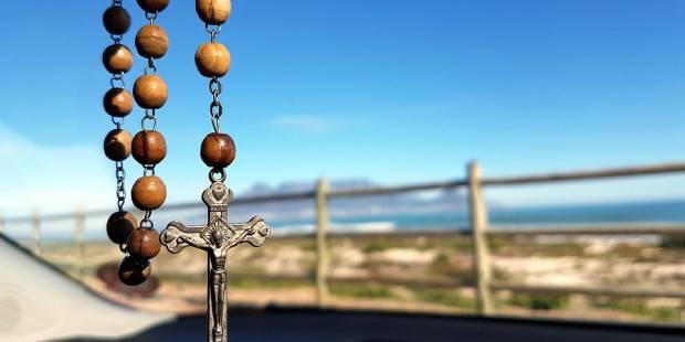 vietato il rosario appeso allo specchietto retrovisore