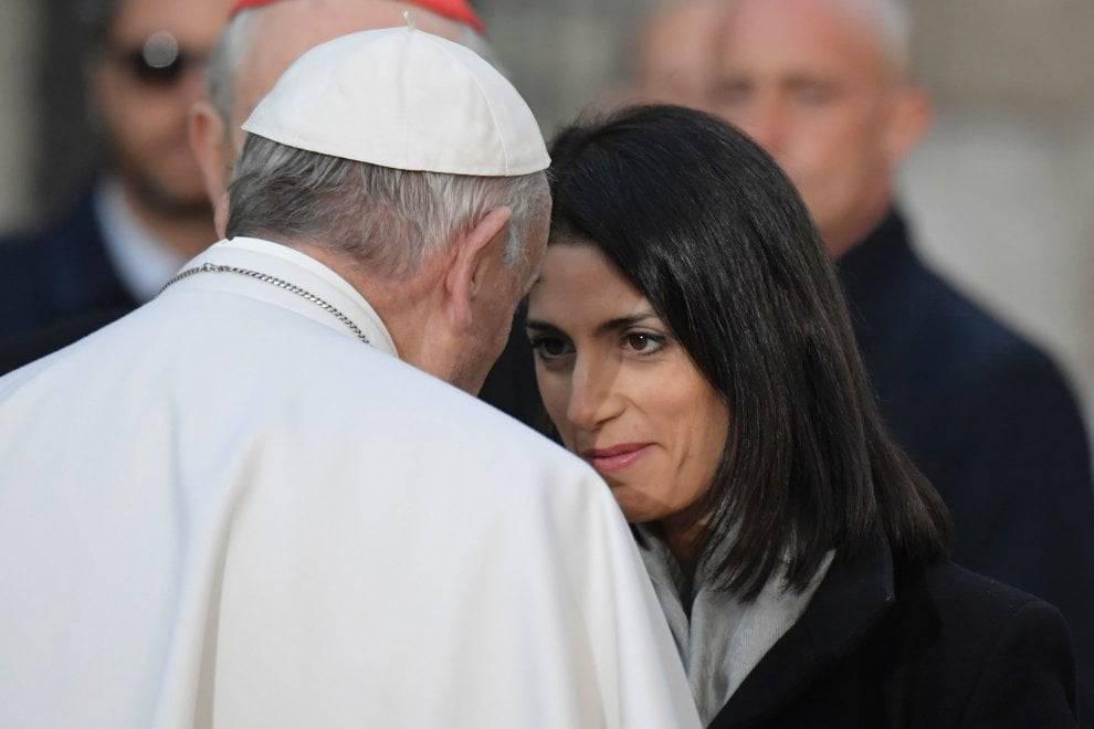 """Papa Francesco scrive alla Raggi: """"L'ammiro e la ringrazio per il suo contributo"""""""