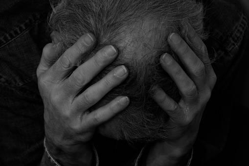 Ragazzi contro un anziano in difficoltà