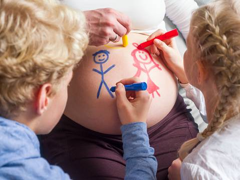 Bump Painting: le mamme dipingono il pancione