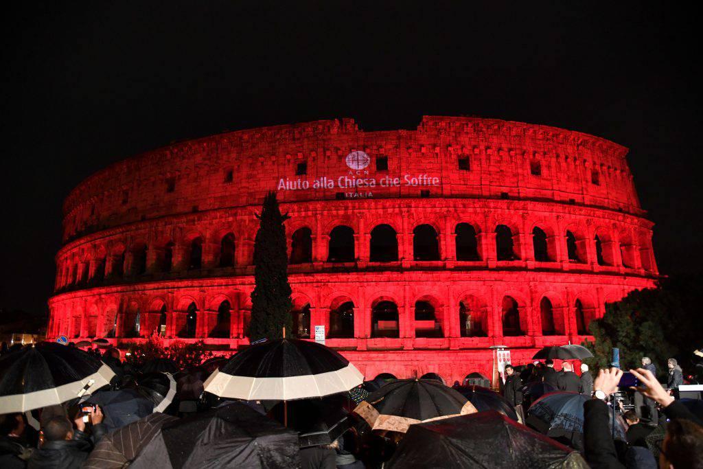 Il Colosseo si tinge di rosso per le vittime cristiane in Medio Oriente