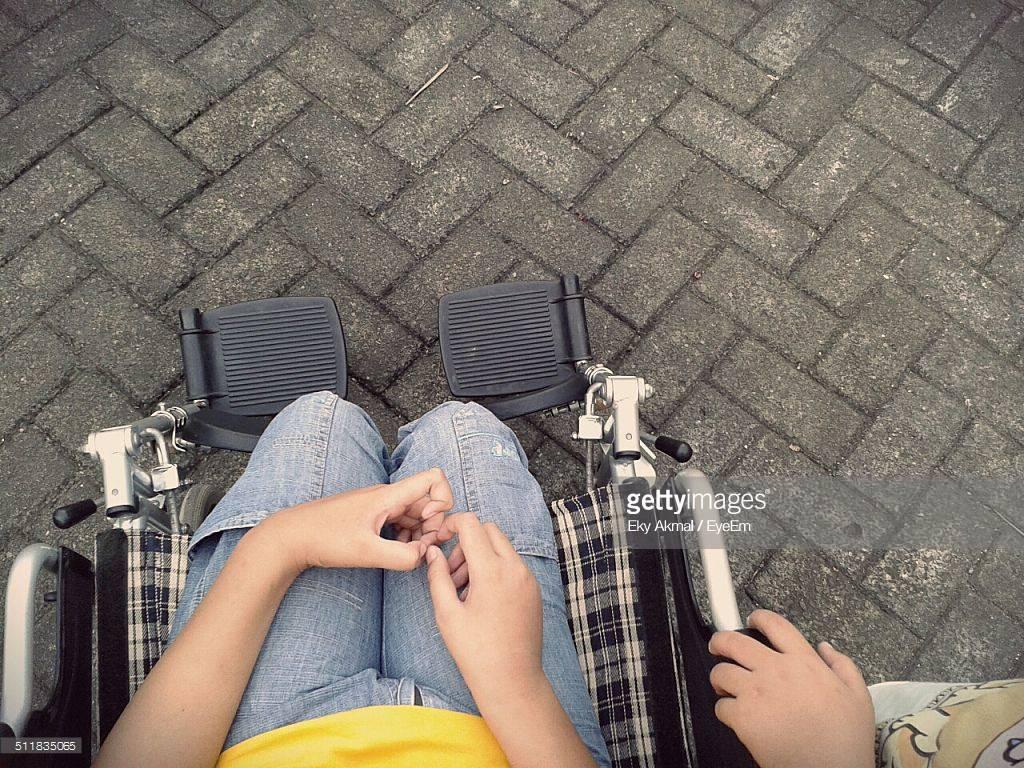 Una ragazza disabile non partecipa alla gita scolastica