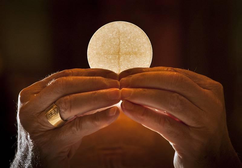 L'Eucarestia può essere distribuita solo dai sacerdoti? Ecco la risposta di due Santi
