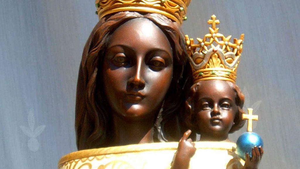 Donna sta per gettarsi dal tetto, ma la Madonna di Loreto la salva