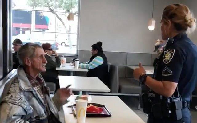 Offre il pranzo ad un senza tetto, ma la polizia li caccia dal locale - Video