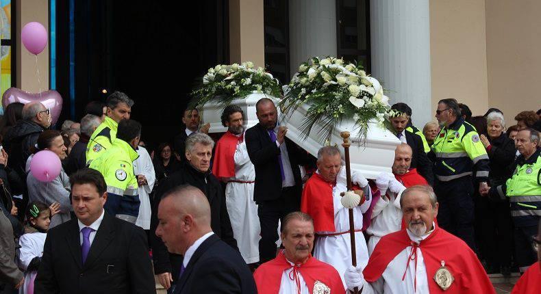 """Cisterna Latina, funerale di Alessia e Martina: """"Preghiamo per il padre"""""""