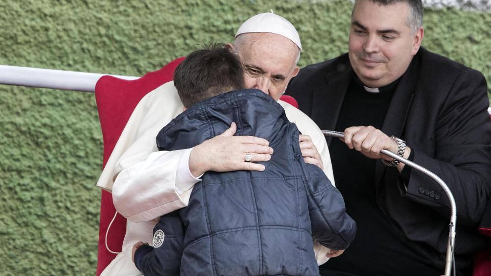 Emanuele piange per il padre che non c'è più, tra le braccia del Papa