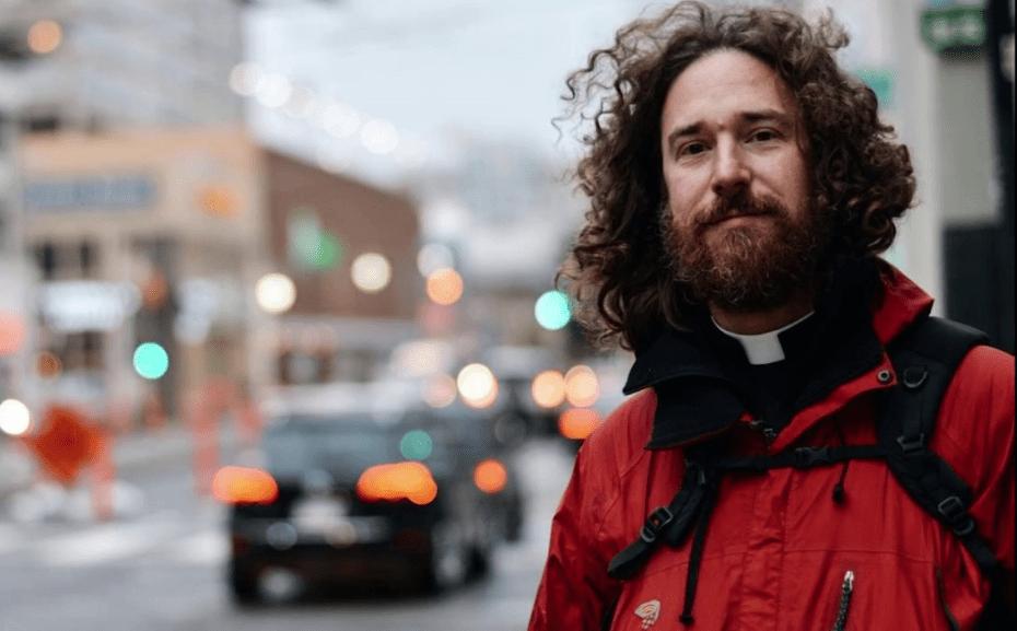 Padre Musset, il sacerdote hipster che avvicina i giovani a Dio