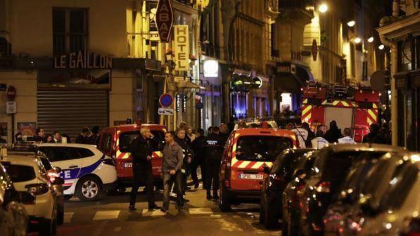 Attentato a Parigi: folle accoltella i passanti, un morto e diversi feriti
