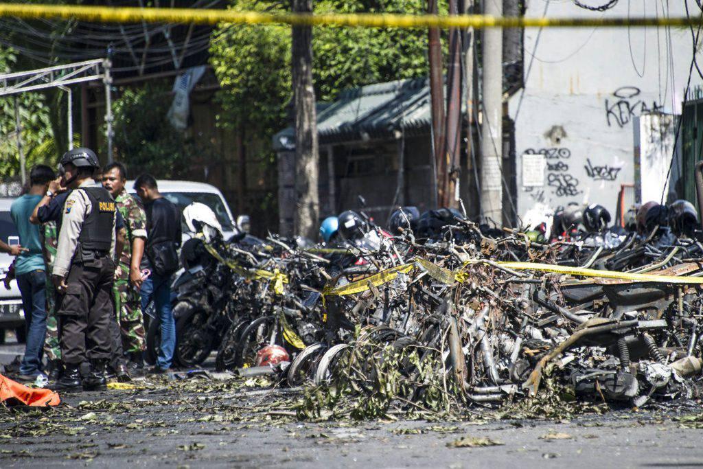 Attentato Indonesia: tre bombe in tre chiese cristiane, decine le vittime
