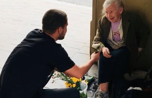 Un piccolo gesto di altruismo cambia la giornata ad un'anziana e diventa virale
