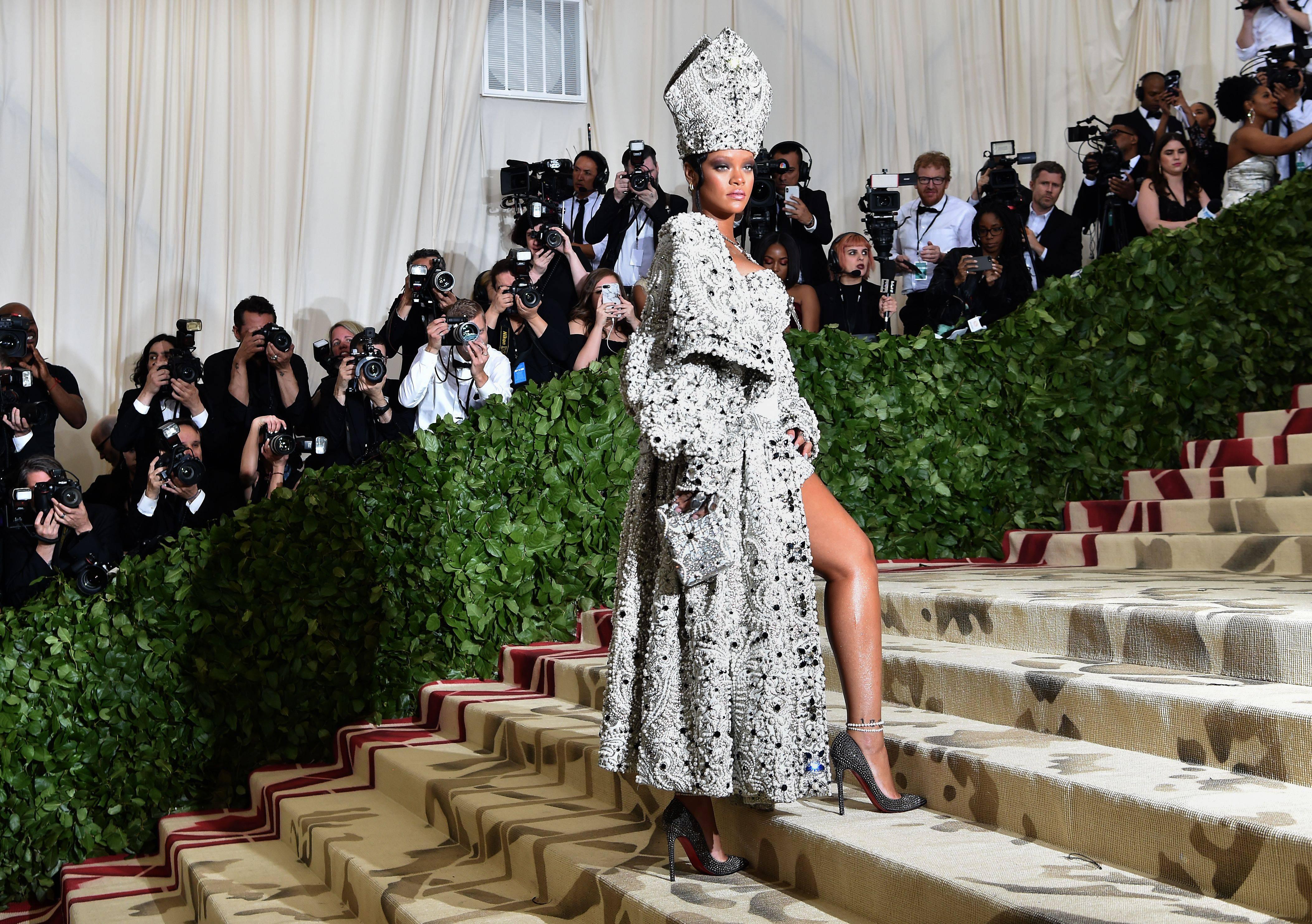 Metropolitan Museum: l'abito di Rihanna non rappresenta la bellezza liturgica