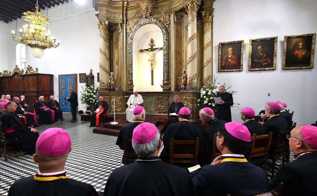 Cile, scandalo pedofilia: i vescovi si dimettono