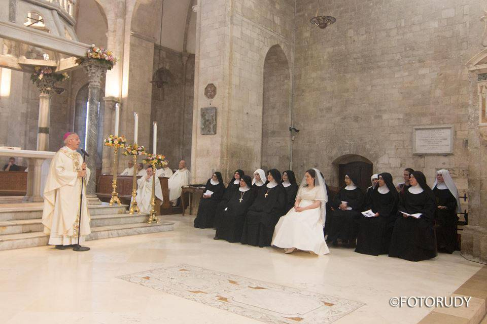 Carmen, prende i voti vestita da sposa