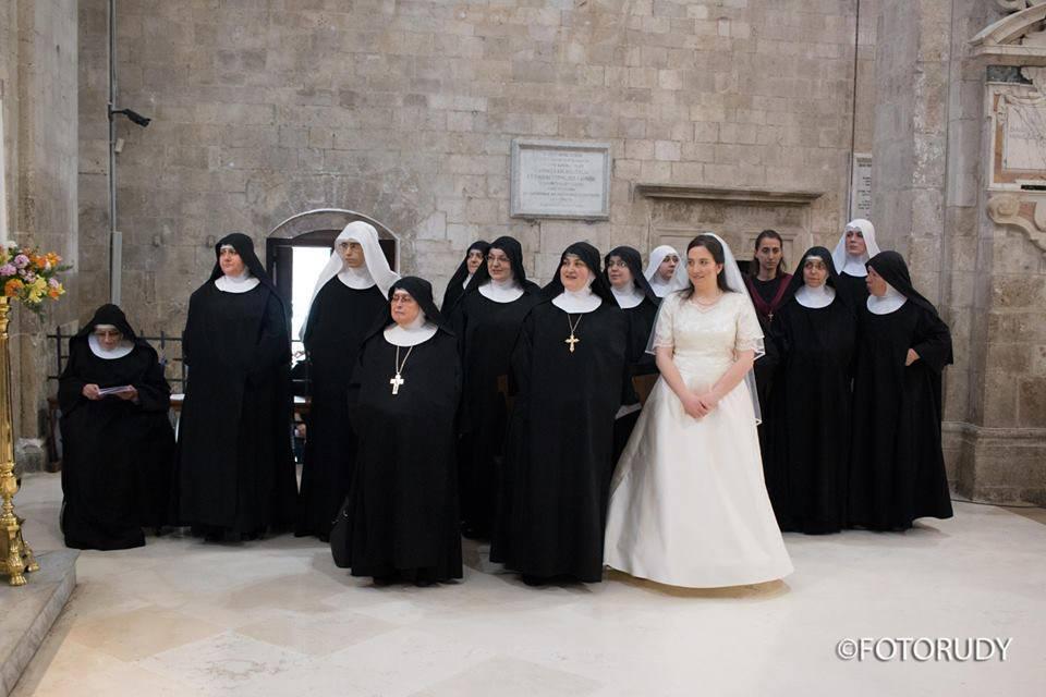 Carmen prende i voti vestita da sposa