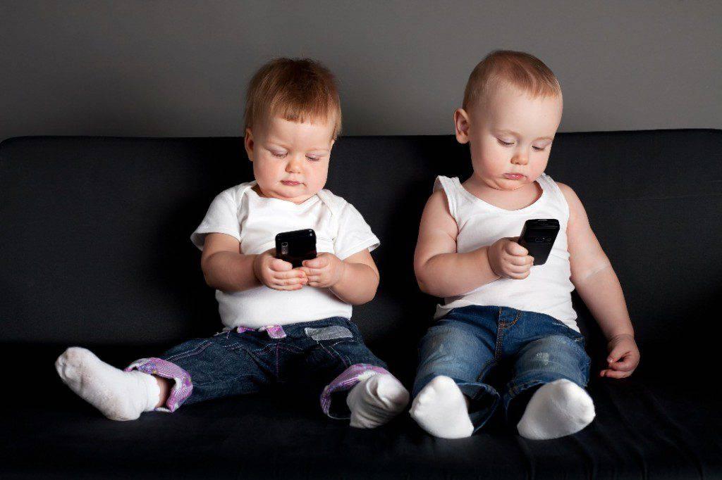 """I pediatri contro l'utilizzo di smartphone in giovane età: """"Sono dannosi per la salute"""""""