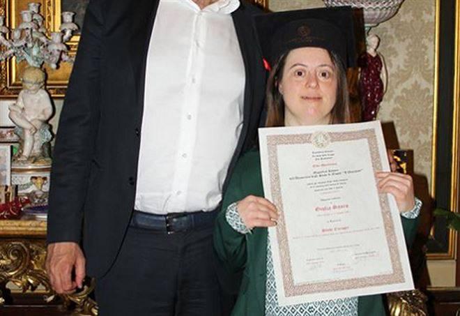 Affetta da sindrome di Down, Giulia si laurea con 110 e lode