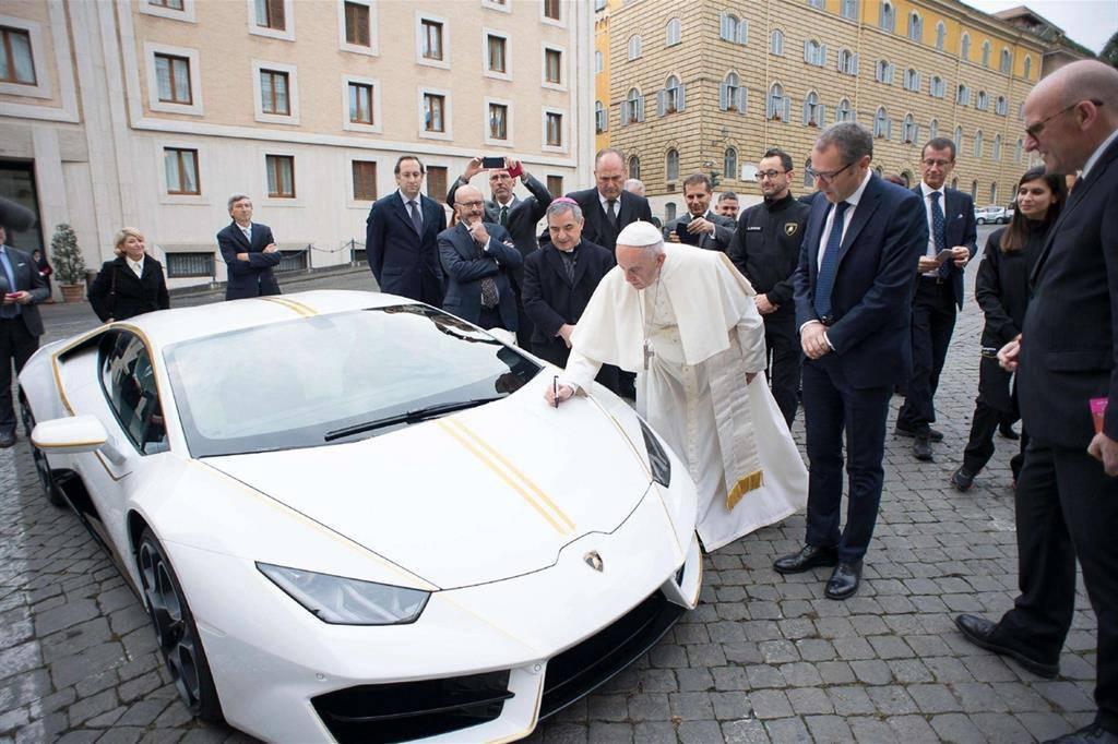 Venduta all'asta la Lamborghini del papa, il ricavato andrà in beneficenza