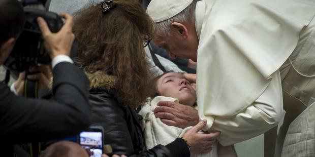 L'affettuoso bacio di Papa Francesco al ragazzo immobile