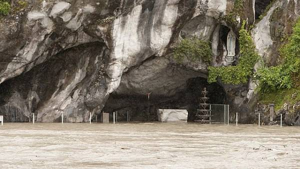 Lourdes in pericolo allarme alluvione pellegrini in salvo Video