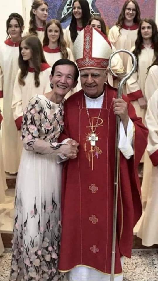 Una foto che preannuncia novità: l'abbraccio tra Vicka e Monsignor Peric